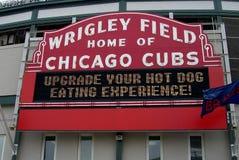 Wrigley mettent en place le signe - Chicago Cubs photo libre de droits