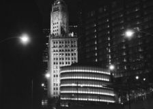 Wrigley som bygger Chicago på natten royaltyfri bild