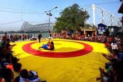 Wringen des Wettbewerbs bei Jagannath Ghat stockfotos