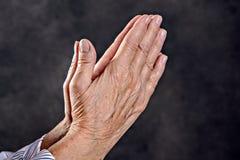 Wrinkly ręki starszy kobiety modlenie Obraz Royalty Free