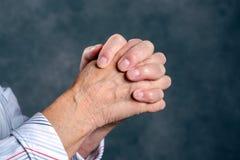 Wrinkly ręki starszy kobiety modlenie Obrazy Royalty Free