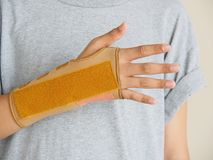 Wrist-Brace-with-Splint Put on the right arm of the boy. After he broke his arm with an accident. And through the treatment of the hard part stock photography