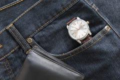 Wristwatch και πορτοφόλι στην τσέπη τζιν τζιν Στοκ Εικόνες
