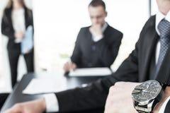 Wristwatch σε ετοιμότητα επιχειρησιακών ατόμων στοκ εικόνες με δικαίωμα ελεύθερης χρήσης