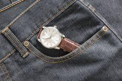 Wristwatch στην τσέπη τζιν τζιν Στοκ εικόνες με δικαίωμα ελεύθερης χρήσης