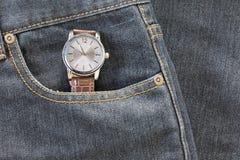 Wristwatch στην τσέπη τζιν τζιν Στοκ φωτογραφία με δικαίωμα ελεύθερης χρήσης