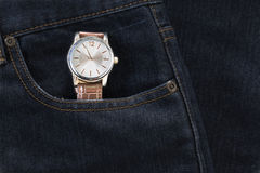 Wristwatch στην τσέπη τζιν τζιν Στοκ Φωτογραφία