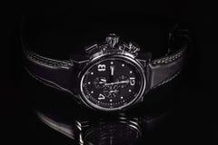 Wristwatch στο σκοτεινό υπόβαθρο στοκ εικόνες