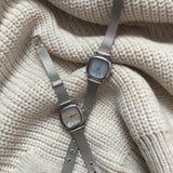 Wristwatch στο υπόβαθρο ενός πουλόβερ στοκ φωτογραφία με δικαίωμα ελεύθερης χρήσης