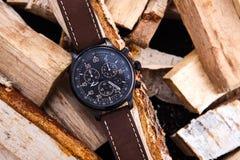 wristwatch men& x27 καφετί λουρί δέρματος του s στο ξύλο Στοκ Εικόνες