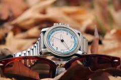 Wristwatch z okularami przeciwsłonecznymi zdjęcie stock