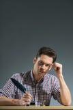 Writing autore con la fine della piuma su Fotografie Stock Libere da Diritti