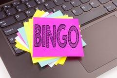 Writing Bingo tekst robić w biurowym zakończeniu na laptop klawiaturze Biznesowy pojęcie dla Pisać list Uprawiać hazard Wygrywać  zdjęcia stock