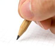 writing Een hand die in een document blad met een potlood schrijft royalty-vrije stock foto's