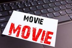 Writing filmu tekst robić w biurowym zakończeniu na laptop klawiaturze Biznesowy pojęcie dla rozrywka filmu filmu warsztata zdjęcie stock