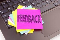 Writing informacje zwrotne tekst robić w biurowym zakończeniu na laptop klawiaturze Biznesowy pojęcie dla Poglądowego Ewidencyjne Obraz Stock