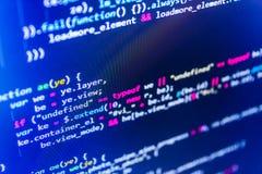 Writing programowania kod na laptopie Binarnych cyfr kodu edytorstwo Program komputerowy zapowiedź obraz stock