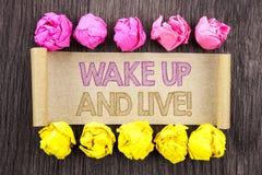 Writing tekst Budził Się I Żyje Pojęcie znaczy Motywacyjnego sukcesu sen życia Żywego wyzwanie pisać na kleistym nutowym papierze zdjęcia stock