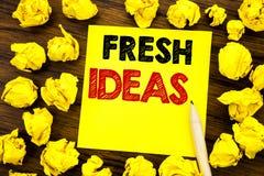 Writing tekst pokazuje Świeżych pomysły Biznesowy pojęcie dla Myślącej inspiraci Inspiruje twórczość Pisać na kleistym nutowym pa Obraz Stock