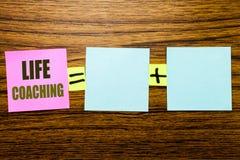 Writing tekst pokazuje życia trenowanie Biznesowy pojęcie dla ogłoszenie towarzyskie trenera pomocy pisać na kleistym nutowym pap obraz stock