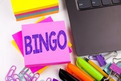Writing tekst pokazuje Bingo robić w biurze z otoczeniami tak jak laptop, markier, pióro Biznesowy pojęcie dla Pisać list Gambli zdjęcie royalty free