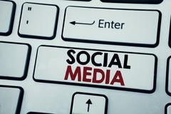 Writing tekst pokazuje Ogólnospołecznych środki Biznesowy pojęcie dla społeczność Ogólnospołecznych środków pisać na białym klawi zdjęcie stock
