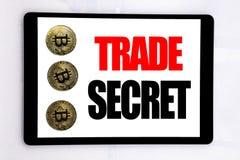 Writing tekst pokazuje tajemnicę handlowa Biznesowy pojęcie dla dane ochrony pisać na pastylka ekranie na białym tle z cryp zdjęcia stock