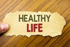 Writing tekst pokazuje Zdrowego życie Biznesowy pojęć zdrowie jedzenie pisać na nutowym papierze na drewnianym tle z istotą ludzk obrazy royalty free