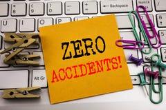 Writing tekst pokazuje Zero wypadki Biznesowy pojęcie dla bezpieczeństwa Przy pracy zagrożeniem pisać na kleistym nutowym papierz obraz stock