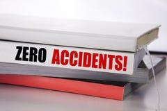Writing tekst pokazuje Zero wypadki Biznesowy pojęcie dla bezpieczeństwa Przy pracy zagrożeniem pisać na książce na białym tle zdjęcia stock