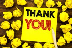 Writing teksta seans Dziękuje Ciebie Biznesowy pojęcie dla dzięki wiadomości Pisać na kleistym nutowym papierze, drewniany tło z  Fotografia Royalty Free
