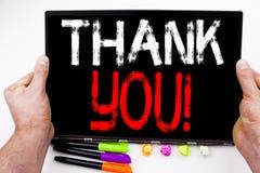 Writing teksta seans Dziękuje Ciebie zrobił w biurze z otoczeniami tak jak laptop, markier, pióro Biznesowy pojęcie dla Dawać Gra obraz stock
