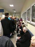 WrocÅ 'aw, Polen - Maj 6 2019: Patienter av den offentliga sjukvården som väntar i lång rad till registreringsrum Linjen är så lä royaltyfria foton