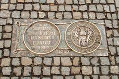 Wrocławski, Polska, Marzec - 9, 2018: Jeden metal plakiety na Wrocławskiej ` s chodniczka linii czasu upamiętnia wpływowe daty zdjęcie stock