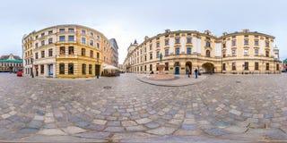 WROCLAW, ПОЛЬША - СЕНТЯБРЬ 2018: Полностью безшовные 360 градусов двигают под углом панорама взгляда на средневековом месте улицы стоковое фото