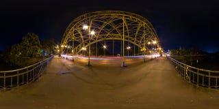 WROCLAW, ПОЛЬША - СЕНТЯБРЬ 2018: Полностью безшовные сферически 360 угла взгляда градусов панорамы ночи около конструкции железно стоковая фотография rf