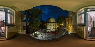 WROCLAW, ПОЛЬША - СЕНТЯБРЬ 2018: Полностью безшовные 360 угла взгляда градусов панорамы ночи от балкона небольшого общежития обоз стоковое изображение rf