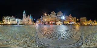 WROCLAW, ПОЛЬША - СЕНТЯБРЬ 2018: Полностью безшовные 360 угла взгляда градусов панорамы ночи на месте рыночной площади старого ту стоковое изображение rf