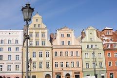 Wroclaw, Πολωνία, ζωηρόχρωμα κτήρια και νάνο άγαλμα Στοκ Εικόνες