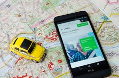 WROCLAW, ΠΟΛΩΝΙΑ - 11 ΑΥΓΟΎΣΤΟΥ 2016: Το Uber app είναι συχνά χρησιμοποιημένη μορφή αστικής μεταφοράς Στοκ εικόνες με δικαίωμα ελεύθερης χρήσης