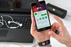 WROCLAW, ΠΟΛΩΝΙΑ 9 Σεπτεμβρίου 2016: Το άτομο εγκαθιστά την εφαρμογή Spotify στη Samsung A5 Στοκ φωτογραφία με δικαίωμα ελεύθερης χρήσης
