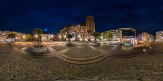 WROCLAW, ΠΟΛΩΝΙΑ - ΤΟ ΣΕΠΤΈΜΒΡΙΟ ΤΟΥ 2018: πλήρες άνευ ραφής σφαιρικό πανόραμα νύχτας 360 βαθμοί περιοχής Ostrow Tumski με τους κ στοκ φωτογραφία