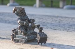 """Wroclaw, Польша, июнь 2018 Карлик """"Koparkus Wroclaw с башнями Ostrow Tumski на заднем плане стоковое изображение"""