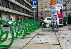 Wroclaw, Польша, 10-ое сентября 2017: автостоянка велосипеда в центре города стоковые изображения rf