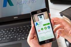 WROCLAW, ПОЛЬША 9-ое сентября 2016: Бизнесмен подготавливает устанавливает применение Google Adwords на Samsung A5 Стоковая Фотография