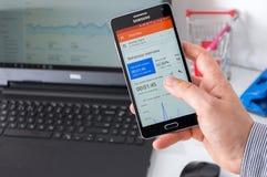 WROCLAW, ПОЛЬША 7-ое сентября 2016: Samsung A5 с применением аналитика Google Стоковые Фото