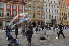 wroclaw Польша 28-ое февраля 2016 Шоу улицы позволять пузырям мыла стоковое изображение rf