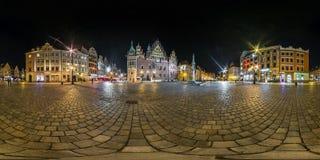 WROCLAW, ПОЛЬША - СЕНТЯБРЬ 2018: Полностью безшовные 360 угла взгляда градусов панорамы ночи на месте рыночной площади старого ту стоковые изображения rf