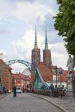 Wroclaw domkyrkadomkyrka av St John den baptistiska gotiska stilkyrkan och Tumski bro, Wroclaw, Polen Royaltyfri Foto