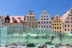 Wroclaw gammal marknadsfyrkant med den moderna springbrunnen Arkivfoto